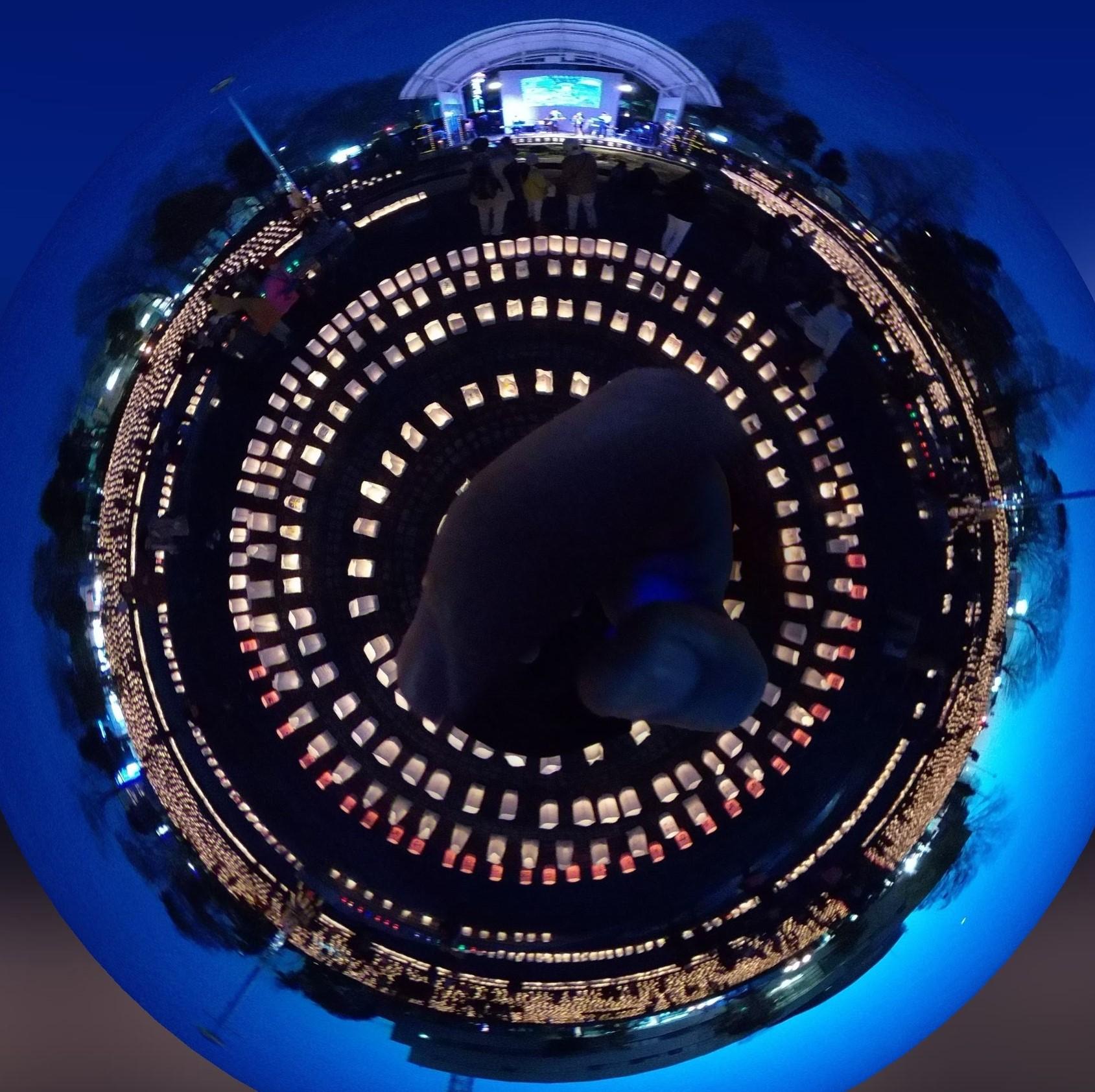 紙袋キャンドルの灯りと空の色が絶妙な「ゆめあかり3.11」360度写真